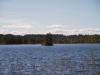 Ja keskellä järveä näkyy pieni saari.